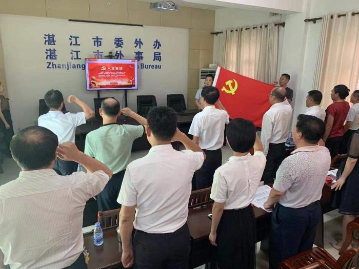 """过""""政治生日""""党员代表王标副主任带领全体同志重温入党誓词.jpg"""