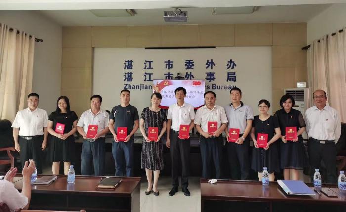 梁春明主任和谢兵副主任为2021年度优秀党员颁发荣誉证书.jpg