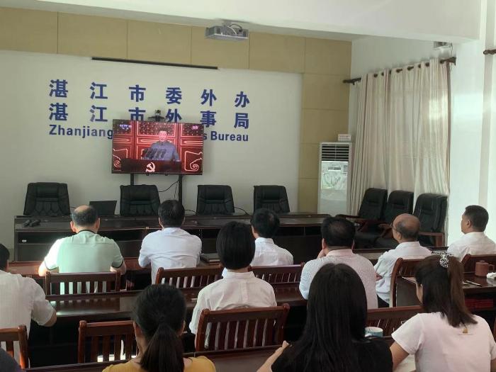 市委外办全体干部职工收看庆祝中国共产党成立100周年大会现场直播.jpg