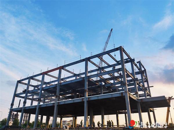 湛江综合保税区项目海关大厅主体钢构封顶